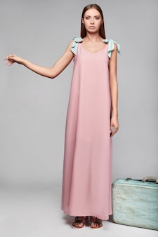 Портрет модной гламурной стильной женщины в пестрой юбке