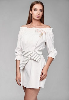 Портрет модной гламурной стильной женщины в белой юбке