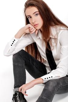 白いシャツと白い背景で隔離のネクタイのファッションモデルの肖像画