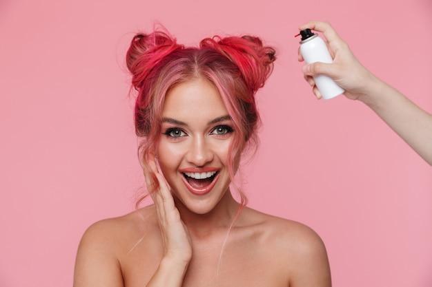 カラースプレーで髪を笑顔で染めているファッション上半身裸の女性の肖像画