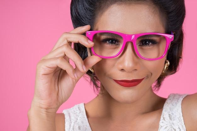 Портрет моды женщина действий с очками
