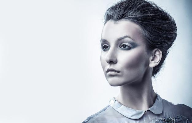 スタイリッシュな髪とイブニングメイクでファッショナブルな女性の肖像画