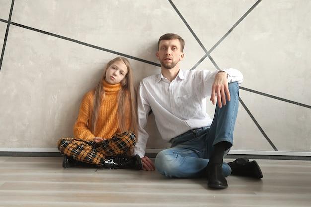 아버지와 함께 앉아 그의 딸의 초상화입니다.