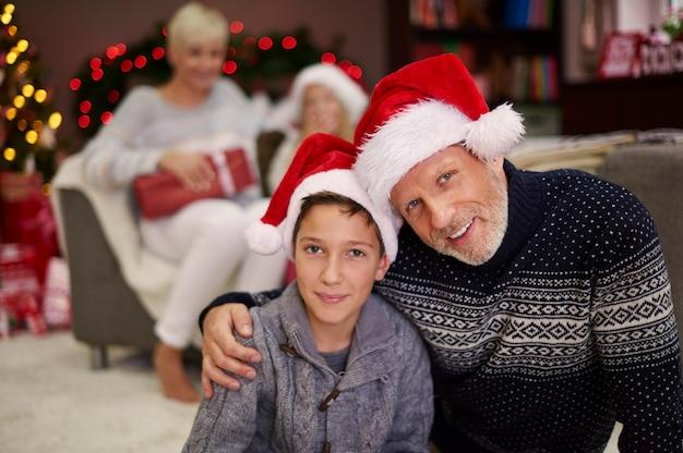 サンタの帽子をかぶった父と息子の肖像画