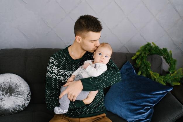 クリスマスに飾られたリビングルームでの父と息子の肖像画