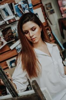 Портрет художницы с кистью в художественной мастерской