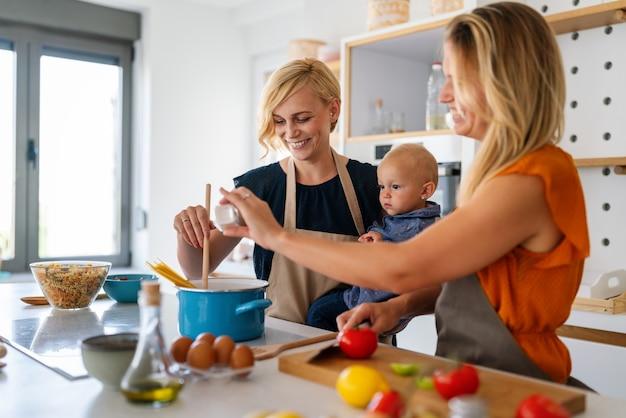 Портрет женской пары на кухне с дочерью. семья, гомосексуальная пара, детская концепция.
