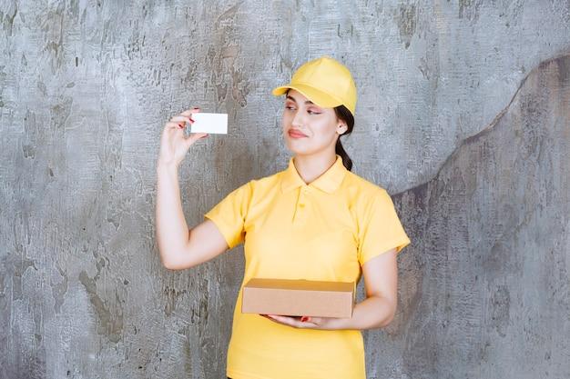 골판지 상자와 카드를 들고 여성 택배의 초상화