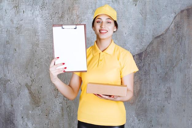 Портрет женщины-курьера, держащего буфер обмена с картонной коробкой