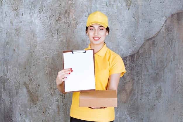 골판지 상자와 클립보드를 들고 여성 택배의 초상화