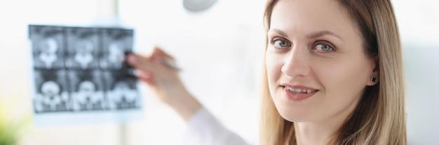 X線写真を保持している女性医師の肖像画