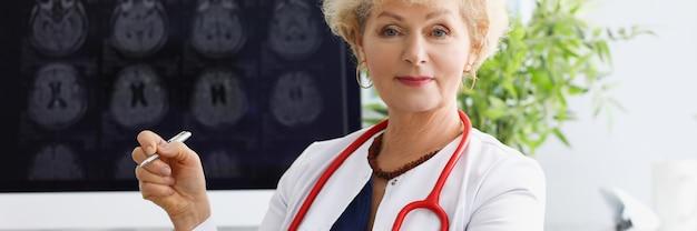 Портрет женщины-врача в белом халате в медицинском кабинете