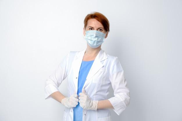 白い背景の上の女性医師の肖像満足した医学生家庭医セラピスト