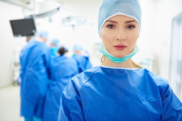 수술을 통해 여성 의사의 초상화