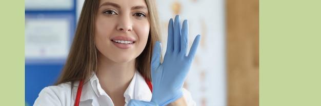 医療用手袋を着用する女性医師の肖像画