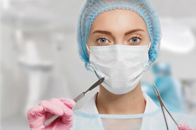 装置を身に着けている女性医師の肖像画