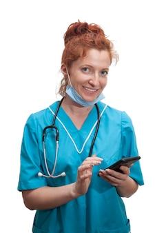 孤立した白い背景の上の手にスマートフォンを持つ女医師の肖像画
