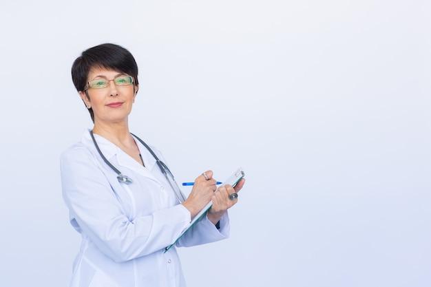 복사 공간 흰색 배경 위에 클립보드에 쓰는 여성 의사의 초상화