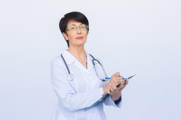 흰색 배경 위에 클립보드에 쓰는 여성 의사의 초상화