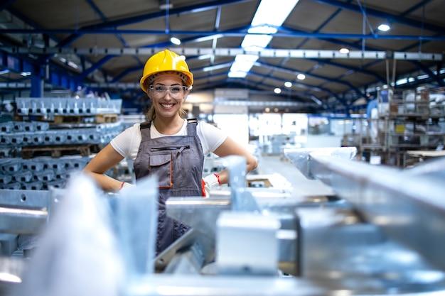생산 홀에 서있는 여성 공장 노동자의 초상화
