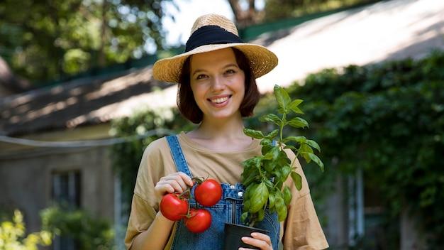 彼女の温室で一人で働く女性農夫の肖像画