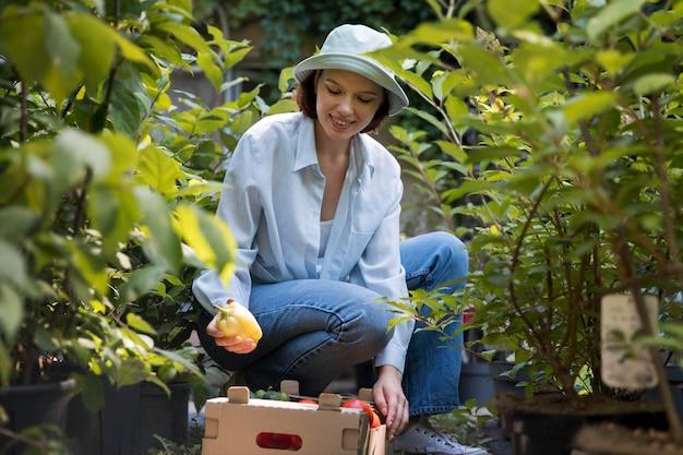 Портрет женщины-фермера, работающей в одиночестве в своей теплице