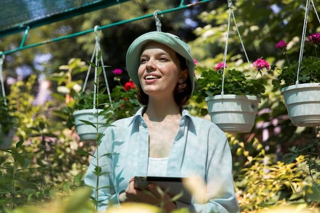 Портрет женщины-фермера, работающей в своей теплице