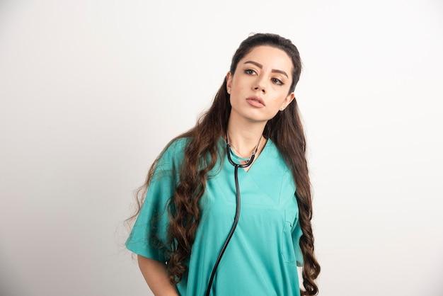 Портрет женского работника здравоохранения смотря прочь.