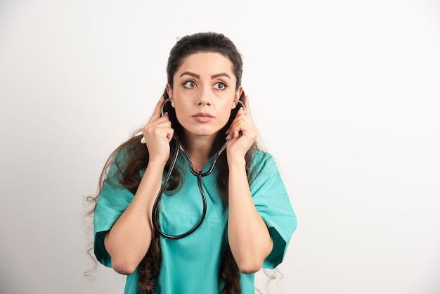 청진 기 포즈 여성 건강 관리 노동자의 초상화입니다.