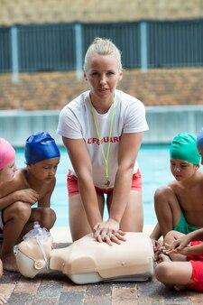 구조 훈련 중 어린이를 보여주는 여성 기병의 초상화