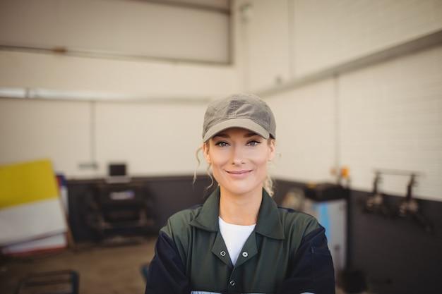 修理ガレージの女性整備士の肖像画