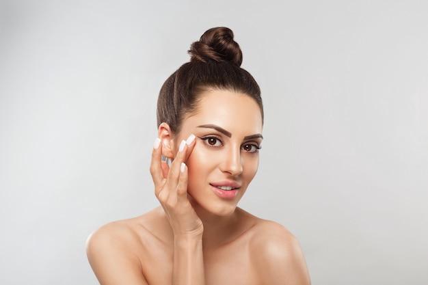 Портрет женщины с идеальной чистой кожей