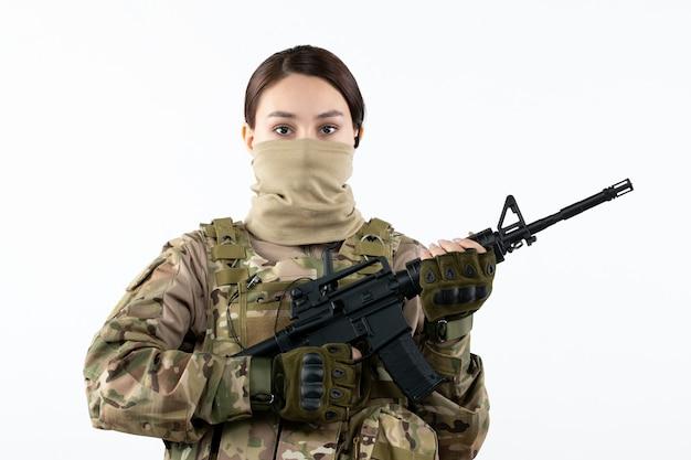 위장 흰 벽에 기관총 여성 군인의 초상화
