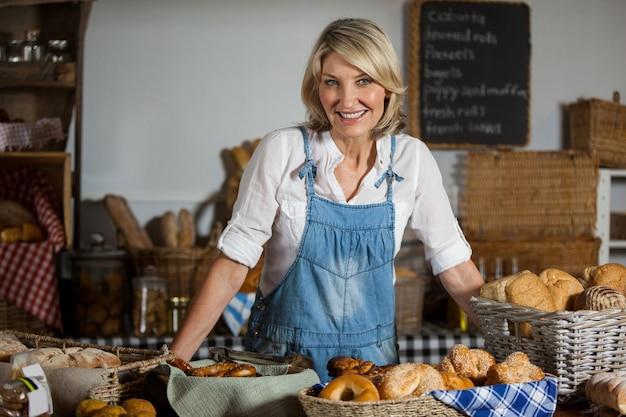 Портрет женского персонала, стоящего в пекарне