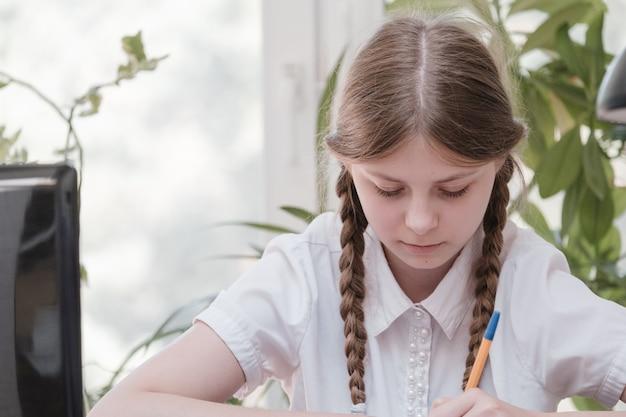 연구를 위해 랩톱 컴퓨터를 사용하여 공동 작업 사무실에서 학습을 즐기는 여학생의 초상화, 원격 작업 작성을 위한 프로젝트를 만드는 동안 프리랜서. 학생 집중 드로잉 노트