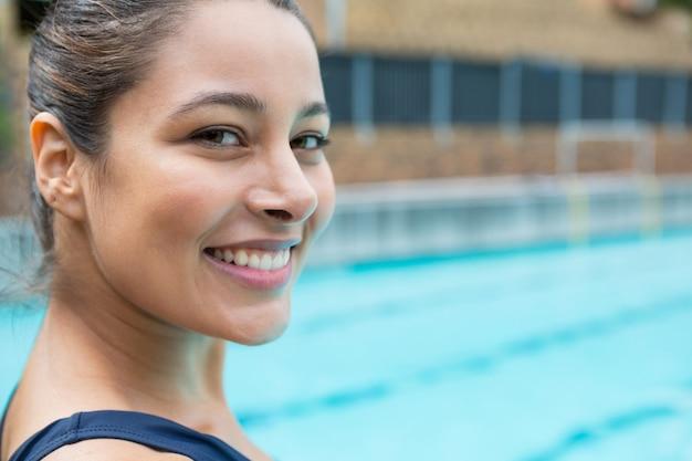 수영장에서 웃 고 여성 수영의 초상화