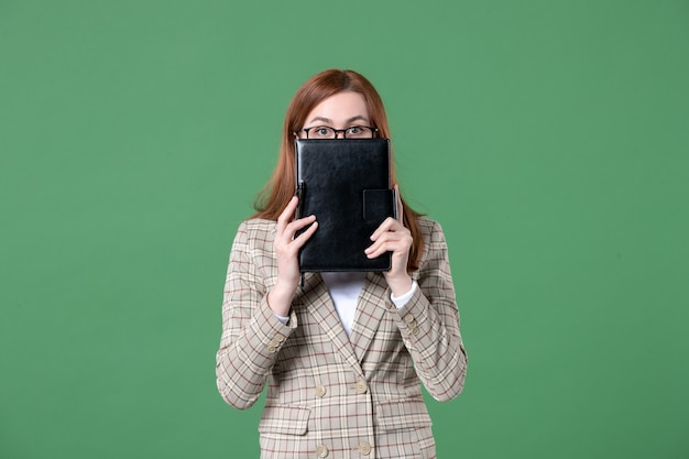 녹색에 메모장을 들고 여성 교사의 초상화