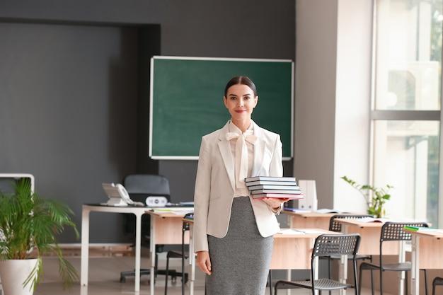 교실에서 여성 교사의 초상