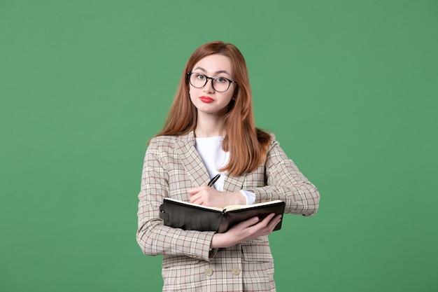 緑のメモ帳と女教師の肖像画