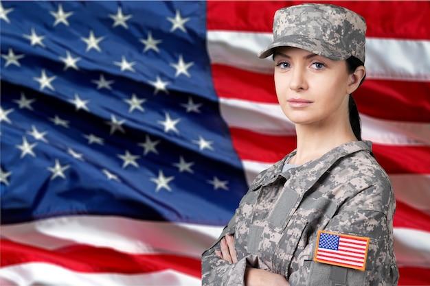 Портрет женщины-солдата армии сша на фоне флага