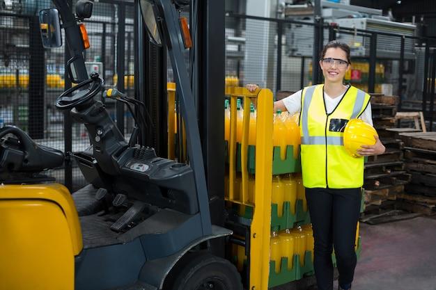 工場に立っている女性労働者の肖像画