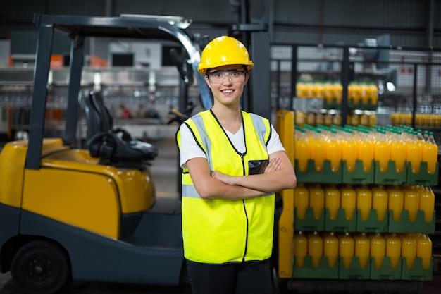 腕を組んで立っている女性労働者の肖像画