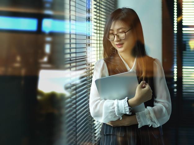 Портрет женщины, работающей на планшете