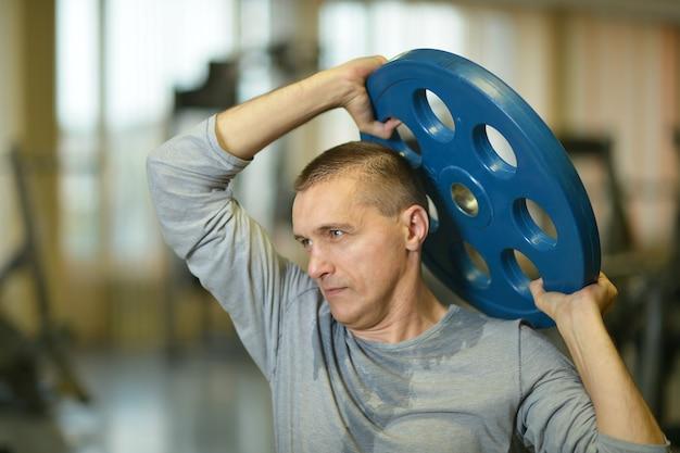 ジムで運動しているフィットマンの肖像画