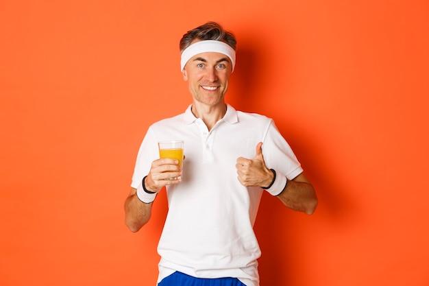 Портрет здорового мужчины средних лет, поддерживающего форму с помощью упражнений и здоровой пищи