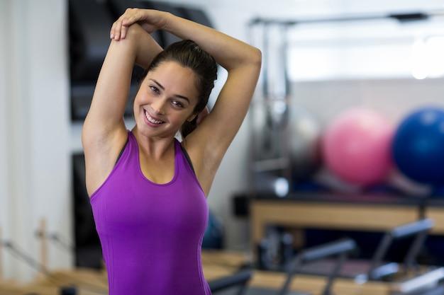 Портрет подходящей женщины, выполняющей упражнения на растяжку
