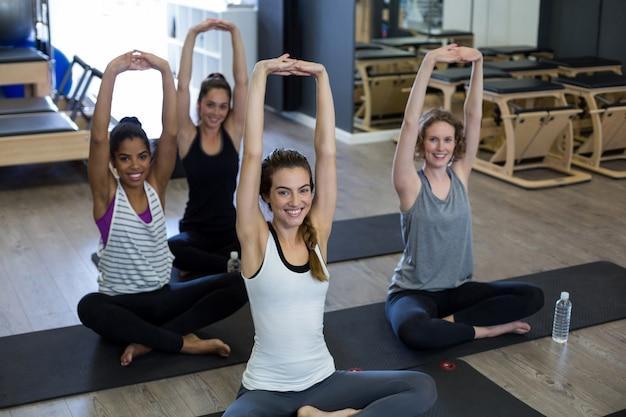 Портрет здоровых женщин, выполняющих упражнения на растяжку