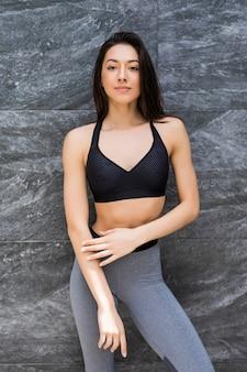 Портрет женщины спорт фитнеса в спортивной одежде на открытом воздухе