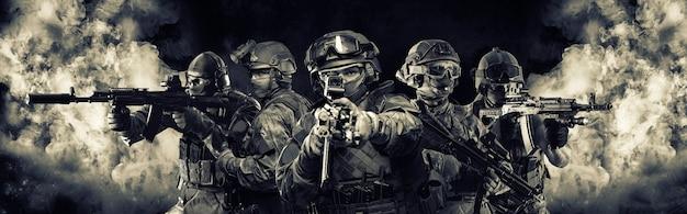다섯 군인의 초상화입니다. 연기의 배경에 군인의 그룹입니다. 군사 작전, 특수 작전, 페인트볼의 개념. 혼합 매체