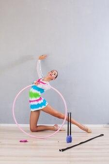 체조 껍질을 가진 유연한 체조 소녀의 초상화